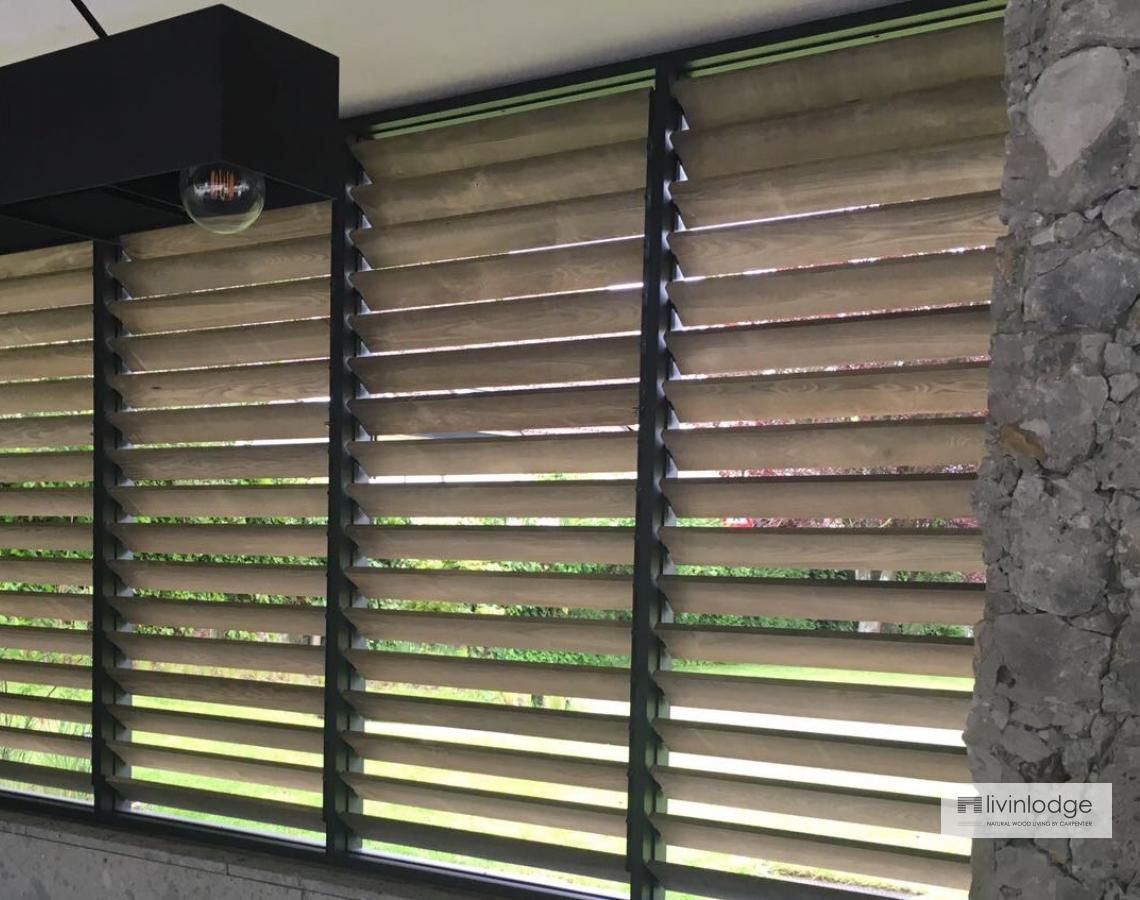 Houten shutters in bijgebouw | Livinlodge