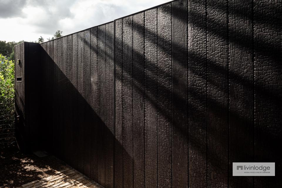 Moderne poort in gebrand hout Sint-Martens-Latem