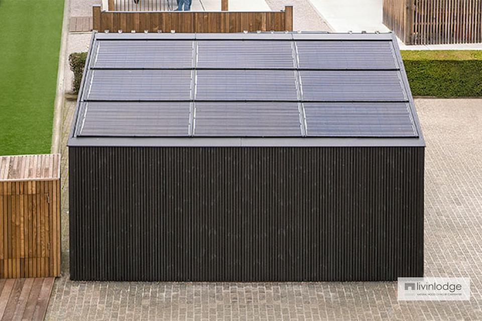 Moderne carport met geïntegreerde zonnepanelen